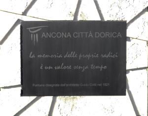 Ancona, la targa in memoria collocata dal Comune di Ancona (foto di Gaia Olivieri)