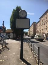 Orologio su tabellone pubblicitario in piazza D'Armi non funzionante (foto di Giampaolo Milzi)