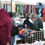 Cittadine straniere al Mercato di Piazza D'Armi (foto di Silvia Breschi)