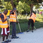 Richiedenti asilo impegnati in servizio volontario di pulizia a Piazza Cavour su iniziativa del Comune di Ancona (foto Comune di Ancona)