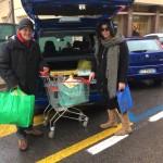Eccolo intento ad aiutare una cliente del supermercato a caricare la spesa in auto