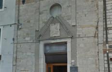 La bellissima facciata dell'ex Chiesetta del Sacramento, del XVI secolo, che ospita un ristorante, in piazza Vittorio Veneto a Sirolo