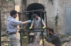 """I tecnici della ditta """"Gamma srl"""" impegnati nel recupero dei reperti scultorei da 70 anni abbandonati in un cunicolo dell'ex Convento di San Francesco (Ancona, 12 aprile, foto di Giampaolo Milzi)"""