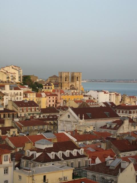 Lisbona vista dall' Elevador de Santa Justa - sulla sinistra si vede la cattedrale(480x640)
