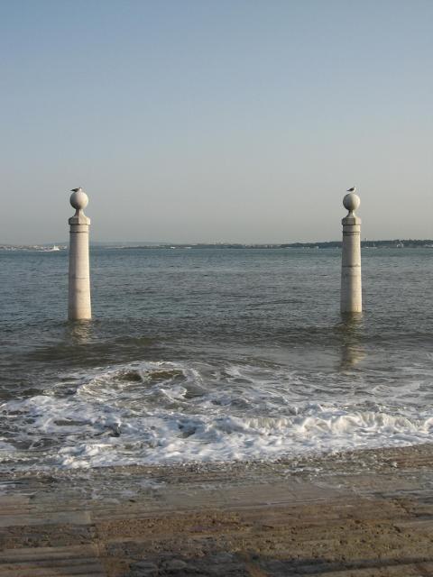Piazza del Commercio lambita dalle onde (480x640)