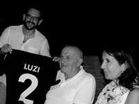 Il Presidente Tommaso Rossi consegna al Dr. Luzi la maglietta di Socio Onorario