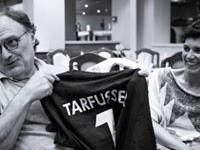 Il Dr. Tarfusser con maglietta di Socio Onorario consegnata in occasione della visita a L'AIA