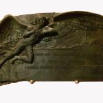 La targa bronzea di Filandro Castellani datata 1914 (foto di Giampaolo Milzi/Alfonso Napolitano)
