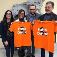 Il Presidente Tommaso Rossi e la segretaria Mary BAsconi consegnano a Ilaria Cucchi e all'avv. Fabio Anselmo la maglietta di Socio Onorario